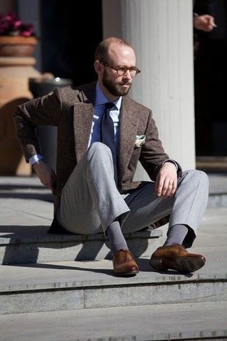 Combinar un blazer de lana en marrón oscuro: Emparejar un blazer de lana en marrón oscuro con un pantalón de vestir gris es una opción grandiosa para una apariencia clásica y refinada. Este atuendo se complementa perfectamente con zapatos oxford de cuero marrónes.