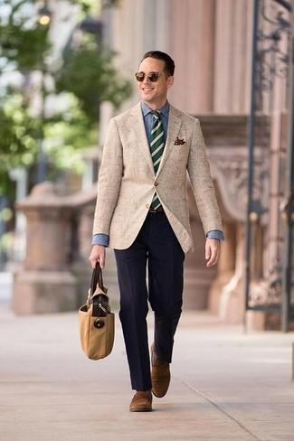 Combinar una corbata de rayas horizontales verde oscuro: Accede a un refinado y elegante estilo con un blazer marrón claro y una corbata de rayas horizontales verde oscuro. Mocasín de ante marrón son una opción muy buena para complementar tu atuendo.