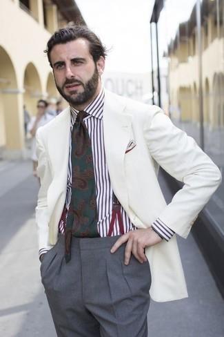 Combinar una camisa de vestir de rayas verticales en blanco y marrón: Intenta ponerse una camisa de vestir de rayas verticales en blanco y marrón y un pantalón de vestir gris para rebosar clase y sofisticación.