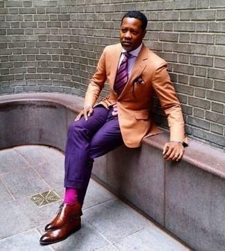 Combinar unos calcetines rosa: Ponte un blazer naranja y unos calcetines rosa transmitirán una vibra libre y relajada. Con el calzado, sé más clásico y opta por un par de zapatos oxford de cuero en tabaco.