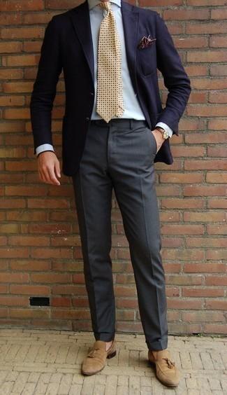 Combinar un mocasín con borlas de ante marrón claro: Haz de un blazer azul marino y un pantalón de vestir en gris oscuro tu atuendo para una apariencia clásica y elegante. Mocasín con borlas de ante marrón claro son una opción inmejorable para complementar tu atuendo.