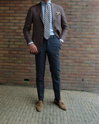 Combinar un mocasín con borlas de ante marrón claro: Usa un blazer en marrón oscuro y un pantalón de vestir azul marino para rebosar clase y sofisticación. Mocasín con borlas de ante marrón claro son una opción inigualable para completar este atuendo.