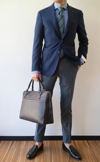 Combinar una camisa de vestir de rayas verticales en blanco y marrón: Ponte una camisa de vestir de rayas verticales en blanco y marrón y un pantalón de vestir gris para un perfil clásico y refinado. Mocasín de cuero negro son una opción grandiosa para complementar tu atuendo.