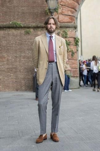 Combinar una corbata a lunares burdeos: Luce lo mejor que puedas en un blazer marrón claro y una corbata a lunares burdeos. Mocasín de ante marrón son una opción incomparable para completar este atuendo.