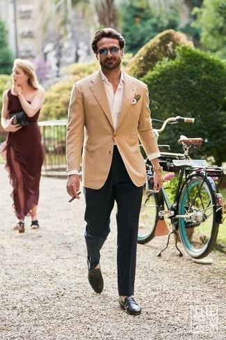 Combinar un mocasín de cuero negro: Intenta combinar un blazer marrón claro junto a un pantalón de vestir azul marino para rebosar clase y sofisticación. Mocasín de cuero negro son una opción perfecta para complementar tu atuendo.
