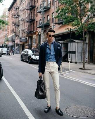 Combinar un pantalón de vestir en beige: Empareja un blazer azul marino junto a un pantalón de vestir en beige para una apariencia clásica y elegante. Mocasín de cuero negro son una opción perfecta para completar este atuendo.