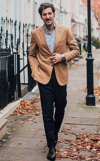 Combinar un blazer marrón claro: Algo tan simple como optar por un blazer marrón claro y un pantalón de vestir de lana azul marino puede distinguirte de la multitud. Zapatos derby de cuero negros son una opción incomparable para completar este atuendo.