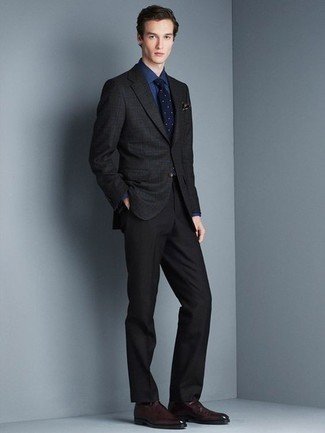 Outfits hombres: Utiliza un blazer a cuadros negro y un pantalón de vestir negro para rebosar clase y sofisticación. Mocasín de cuero burdeos son una opción inmejorable para completar este atuendo.