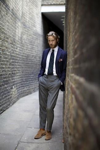Combinar un blazer: Haz de un blazer y un pantalón de vestir gris tu atuendo para una apariencia clásica y elegante. Zapatos derby de ante marrón claro son una opción atractiva para complementar tu atuendo.