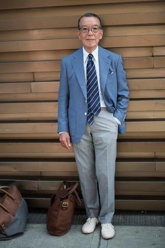 Combinar un blazer: Intenta ponerse un blazer y un pantalón de vestir gris para un perfil clásico y refinado. ¿Quieres elegir un zapato informal? Haz tenis de lona blancos tu calzado para el día.