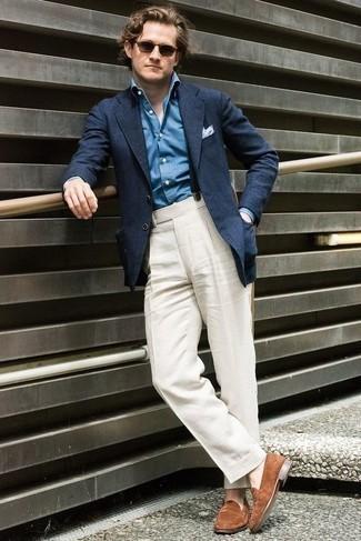 Outfits hombres en clima cálido: Considera emparejar un blazer azul marino con un pantalón de vestir blanco para una apariencia clásica y elegante. Mocasín de ante marrón son una opción estupenda para complementar tu atuendo.