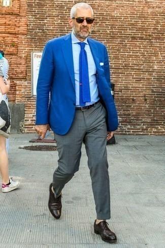 Outfits hombres: Intenta combinar un blazer azul con un pantalón de vestir gris para un perfil clásico y refinado. Mezcle diferentes estilos con zapatos brogue de cuero morado oscuro.
