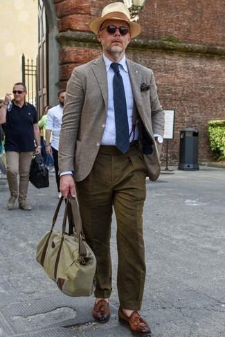 Combinar un pañuelo de bolsillo azul marino: Equípate un blazer gris con un pañuelo de bolsillo azul marino transmitirán una vibra libre y relajada. Con el calzado, sé más clásico y opta por un par de mocasín con borlas de cuero marrón.