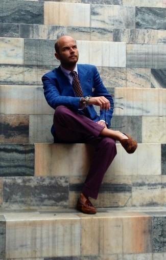 Combinar un mocasín de ante en tabaco: Haz de un blazer azul y un pantalón de vestir morado tu atuendo para rebosar clase y sofisticación. Completa el look con mocasín de ante en tabaco.