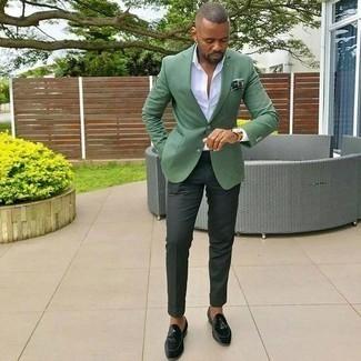 Combinar un pantalón de vestir verde oscuro: Emparejar un blazer verde junto a un pantalón de vestir verde oscuro es una opción muy buena para una apariencia clásica y refinada. Mocasín con borlas de terciopelo verde oscuro son una opción práctica para completar este atuendo.
