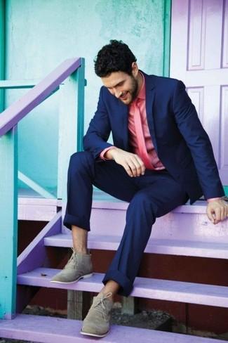 Combinar unas botas safari de ante grises estilo elegante: Considera emparejar un blazer azul marino junto a un pantalón de vestir azul marino para rebosar clase y sofisticación. Haz este look más informal con botas safari de ante grises.
