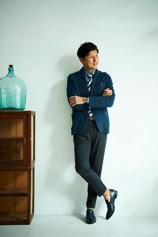 Combinar un pantalón de vestir verde oscuro: Casa un blazer azul marino junto a un pantalón de vestir verde oscuro para una apariencia clásica y elegante. Mocasín de cuero azul marino son una opción incomparable para completar este atuendo.