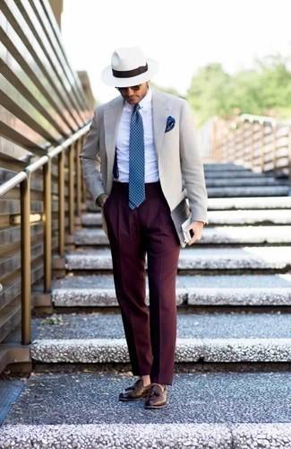 Combinar unos tirantes azul marino: Ponte un blazer en beige y unos tirantes azul marino para un look agradable de fin de semana. ¿Te sientes valiente? Elige un par de mocasín con borlas de cuero marrón.