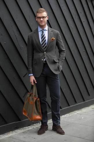 Combinar un blazer en gris oscuro: Utiliza un blazer en gris oscuro y un pantalón de vestir azul marino para un perfil clásico y refinado. Zapatos con doble hebilla de ante en marrón oscuro son una opción buena para completar este atuendo.