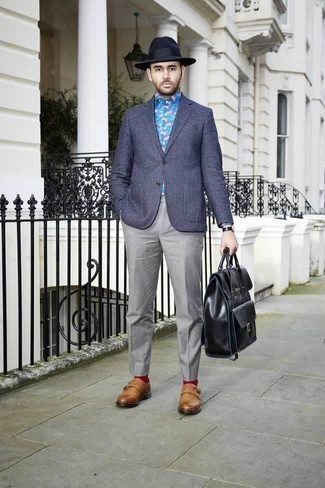 Combinar unos calcetines rojos: Usa un blazer a cuadros azul marino y unos calcetines rojos para un look agradable de fin de semana. ¿Te sientes valiente? Haz zapatos con doble hebilla de cuero en tabaco tu calzado.