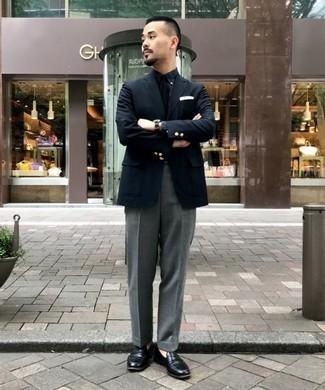 Combinar una corbata negra: Intenta ponerse un blazer negro y una corbata negra para rebosar clase y sofisticación. Si no quieres vestir totalmente formal, usa un par de mocasín de cuero negro.