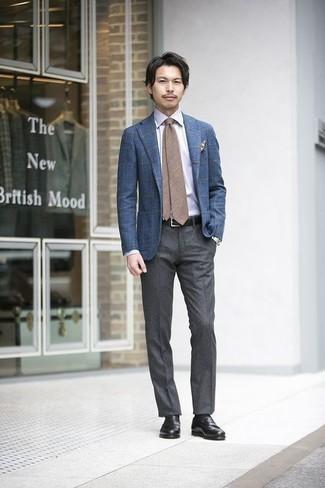 Combinar una corbata marrón: Emparejar un blazer a cuadros azul junto a una corbata marrón es una opción estupenda para una apariencia clásica y refinada. Mocasín de cuero negro son una opción buena para complementar tu atuendo.
