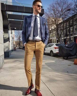 Combinar un pañuelo de bolsillo a lunares en negro y blanco: Para un atuendo tan cómodo como tu sillón ponte un blazer de tartán azul marino y un pañuelo de bolsillo a lunares en negro y blanco. ¿Te sientes valiente? Complementa tu atuendo con zapatos oxford de cuero rojos.