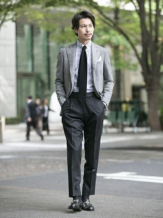 Combinar una corbata negra: Considera emparejar un blazer gris con una corbata negra para una apariencia clásica y elegante. Mocasín de cuero negro contrastarán muy bien con el resto del conjunto.