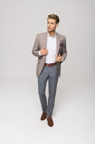 Combinar una correa de cuero marrón: Ponte un blazer marrón claro y una correa de cuero marrón transmitirán una vibra libre y relajada. Mocasín de ante marrón son una forma sencilla de mejorar tu look.