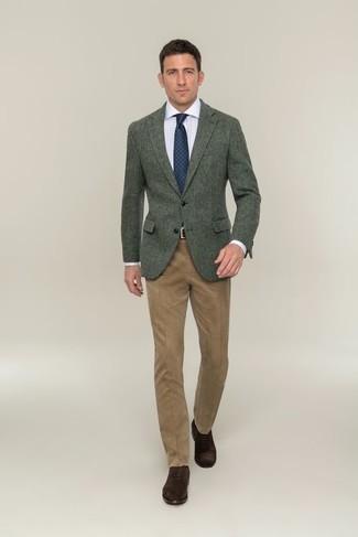 Combinar unos zapatos oxford de ante en marrón oscuro: Algo tan simple como optar por un blazer de lana verde oscuro y un pantalón de vestir marrón claro puede distinguirte de la multitud. Zapatos oxford de ante en marrón oscuro son una opción excelente para completar este atuendo.