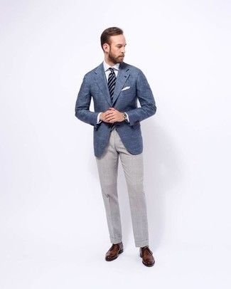Combinar unos zapatos oxford de cuero marrónes en verano 2020: Opta por un blazer azul y un pantalón de vestir gris para un perfil clásico y refinado. Complementa tu atuendo con zapatos oxford de cuero marrónes. Es un atuendo perfectamente apropriado en verano.