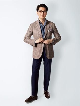 Combinar una camisa de vestir de cambray azul: Intenta combinar una camisa de vestir de cambray azul con un pantalón de vestir azul marino para una apariencia clásica y elegante. Mocasín de cuero en marrón oscuro añadirán un nuevo toque a un estilo que de lo contrario es clásico.