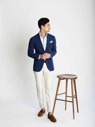 Combinar un blazer azul marino: Considera ponerse un blazer azul marino y un pantalón de vestir blanco para rebosar clase y sofisticación. Mocasín de ante marrón son una opción buena para complementar tu atuendo.