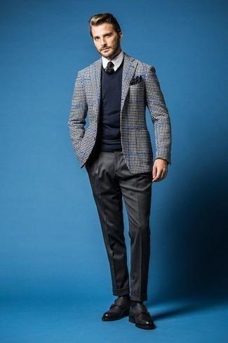 Combinar un pañuelo de bolsillo azul marino para hombres de 30 años: Ponte un blazer de pata de gallo en blanco y negro y un pañuelo de bolsillo azul marino para un look agradable de fin de semana. ¿Te sientes valiente? Elige un par de zapatos con doble hebilla de cuero negros.
