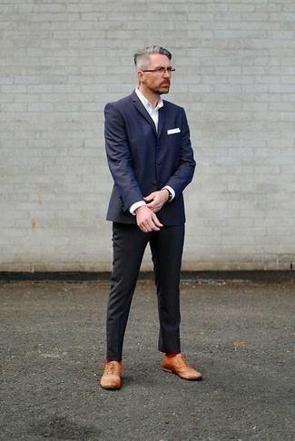 Outfits hombres en verano 2020: Empareja un blazer azul marino junto a un pantalón de vestir negro para un perfil clásico y refinado. Zapatos brogue de cuero marrón claro darán un toque desenfadado al conjunto. Este look es una solución excelente si tu buscas un look veraniego.