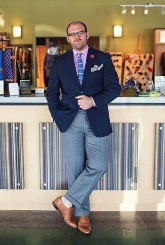 Combinar unos calcetines: Usa un blazer azul marino y unos calcetines transmitirán una vibra libre y relajada. Elige un par de zapatos con doble hebilla de cuero marrón claro para mostrar tu inteligencia sartorial.