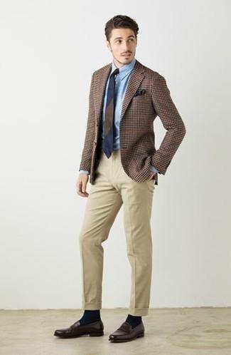 Combinar un pañuelo de bolsillo azul marino: Haz de un blazer de pata de gallo marrón y un pañuelo de bolsillo azul marino tu atuendo para un look agradable de fin de semana. Elige un par de mocasín de cuero en marrón oscuro para mostrar tu inteligencia sartorial.