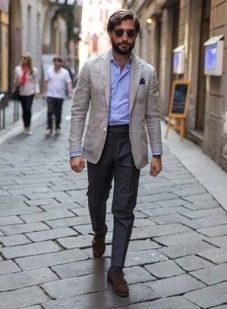 Combinar un pañuelo de bolsillo azul marino: Para un atuendo tan cómodo como tu sillón elige un blazer a cuadros en beige y un pañuelo de bolsillo azul marino. ¿Te sientes valiente? Elige un par de zapatos con doble hebilla de ante en marrón oscuro.