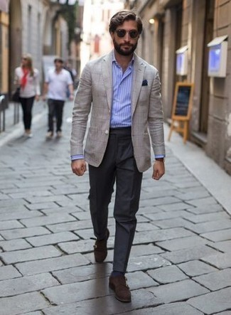 Combinar un pañuelo de bolsillo azul marino para hombres de 30 años: Para un atuendo tan cómodo como tu sillón elige un blazer a cuadros en beige y un pañuelo de bolsillo azul marino. ¿Te sientes valiente? Elige un par de zapatos con doble hebilla de ante en marrón oscuro.
