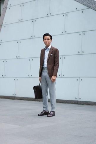 Combinar unos zapatos con doble hebilla de cuero en marrón oscuro: Usa un blazer marrón y un pantalón de vestir gris para una apariencia clásica y elegante. Zapatos con doble hebilla de cuero en marrón oscuro son una opción perfecta para complementar tu atuendo.