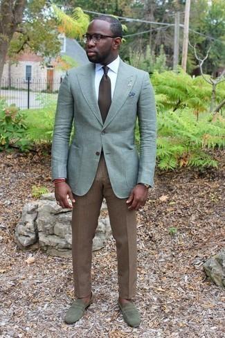 Combinar una corbata marrón: Emparejar un blazer en verde menta junto a una corbata marrón es una opción muy buena para una apariencia clásica y refinada. ¿Te sientes valiente? Completa tu atuendo con mocasín de ante verde oliva.