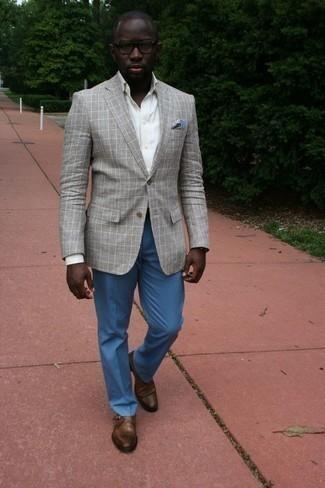 Combinar un blazer de tartán: Haz de un blazer de tartán y un pantalón de vestir azul tu atuendo para una apariencia clásica y elegante. Zapatos con hebilla de cuero marrónes son una opción inigualable para completar este atuendo.