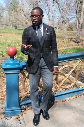 Combinar un blazer de tartán: Empareja un blazer de tartán junto a un pantalón de vestir gris para un perfil clásico y refinado. Zapatos derby de cuero negros son una opción buena para complementar tu atuendo.