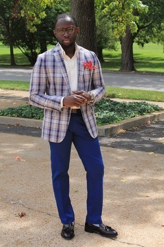 Combinar una camisa de vestir en beige: Considera ponerse una camisa de vestir en beige y un pantalón de vestir azul para una apariencia clásica y elegante. Para darle un toque relax a tu outfit utiliza mocasín con borlas de cuero negro.