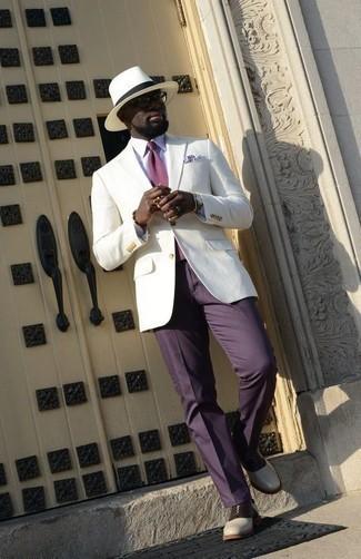 Combinar una corbata: Empareja un blazer blanco con una corbata para rebosar clase y sofisticación. Zapatos oxford de cuero en blanco y negro son una opción incomparable para completar este atuendo.