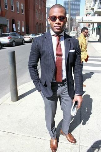 Combinar una corbata: Emparejar un blazer de rayas verticales en gris oscuro junto a una corbata es una opción incomparable para una apariencia clásica y refinada. Mocasín de cuero marrón son una opción estupenda para completar este atuendo.
