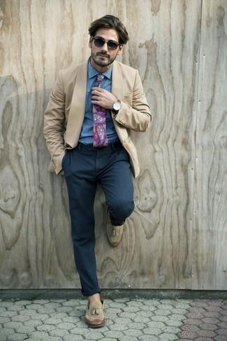 Combinar una camisa de vestir con un mocasín con borlas: Usa una camisa de vestir y un pantalón de vestir azul marino para un perfil clásico y refinado. Mocasín con borlas añadirán interés a un estilo clásico.