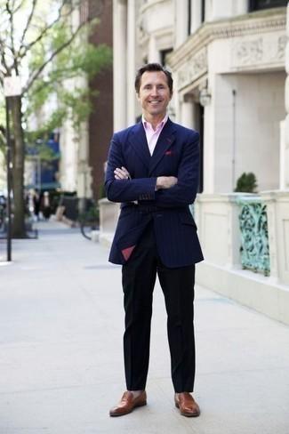 Combinar un pañuelo de bolsillo rosa: Opta por un blazer de rayas verticales azul marino y un pañuelo de bolsillo rosa transmitirán una vibra libre y relajada. Mocasín de cuero marrón dan un toque chic al instante incluso al look más informal.