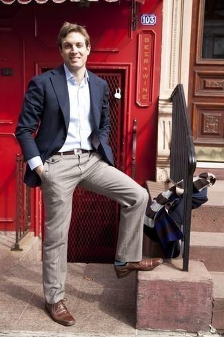 Combinar unos calcetines de rayas horizontales azul marino: Para un atuendo tan cómodo como tu sillón ponte un blazer azul marino y unos calcetines de rayas horizontales azul marino. Con el calzado, sé más clásico y opta por un par de zapatos derby de cuero marrónes.