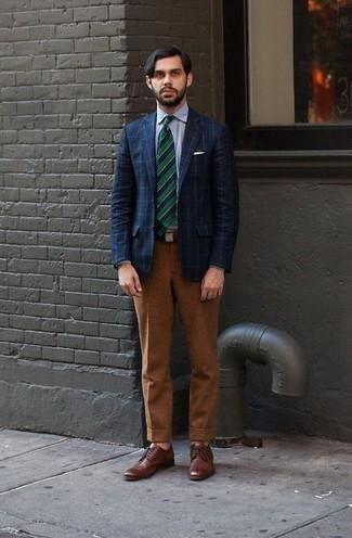 Combinar unos zapatos derby de cuero marrónes: Usa un blazer a cuadros azul marino y un pantalón de vestir en tabaco para rebosar clase y sofisticación. Zapatos derby de cuero marrónes son una opción atractiva para completar este atuendo.